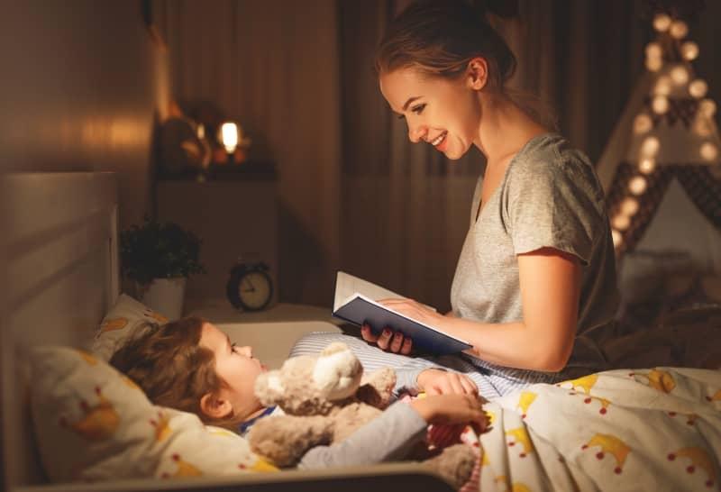 Czytanie bajek dziecku przed snem